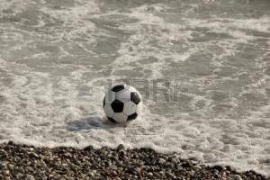 14979199-balon-de-futbol-en-el-agua-en-la-playa
